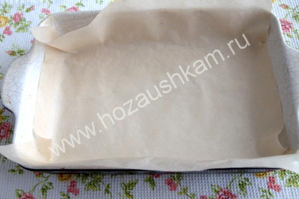 кладем пищевую бумагу в форму