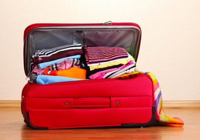 Красный чемодан с вещами